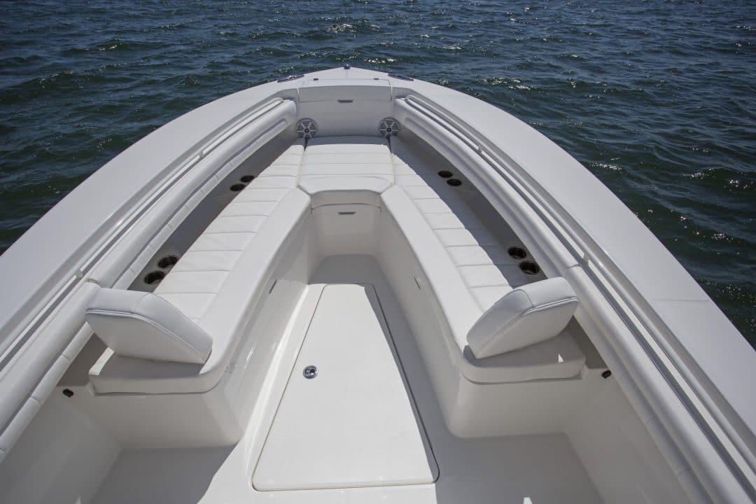 25-regulator-center-console-boat-forward-seating