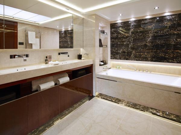 40M_Hull_4_Owner's_Bathroom