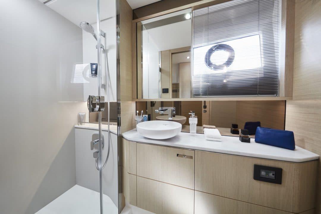 v60-interior-owners-bathroom-alba-oak-satin