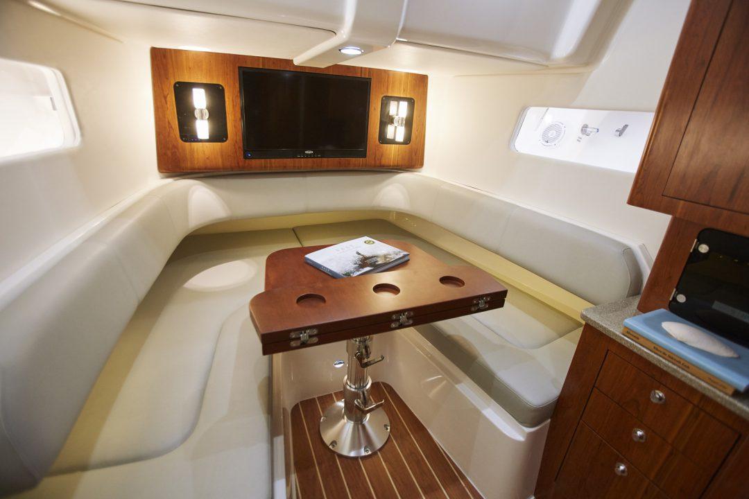 41-regulator-center-console-boat-cabin-table-berth