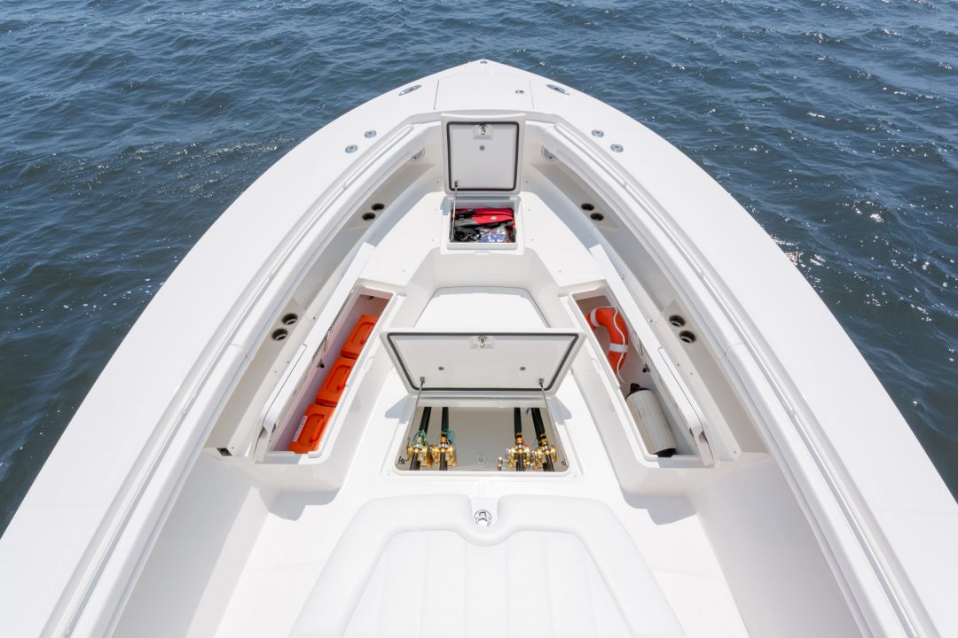 41-regulator-center-console-boat-forward-seat-storage-fishbox-1
